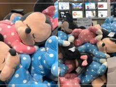 被大卖场耽误的玩偶店又进新货!「趴睡米奇、米妮」超萌模样掀暴动:和我回家一起睡!