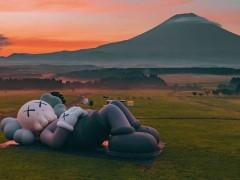「KAWS: HOLIDAY」第四站正式在富士山脚下扎营!这无拘无束的画面~舒服