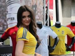 直击∣啾! 瑞莎化身乌克兰足球公主为小世界盃揭开序幕!